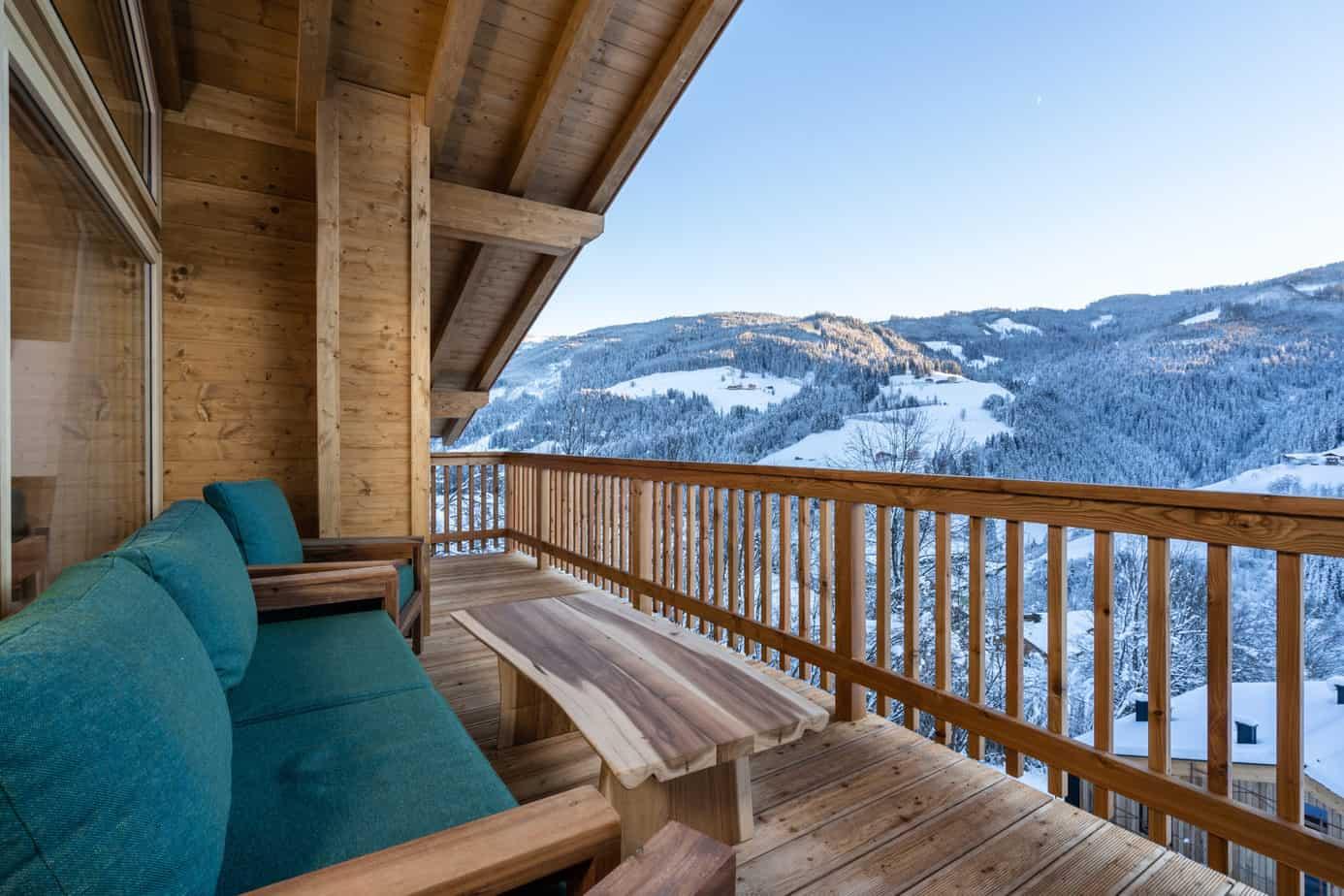 Uitzicht vanuit luxe lodge in het besneeuwde Mühlbach am Hochkönig