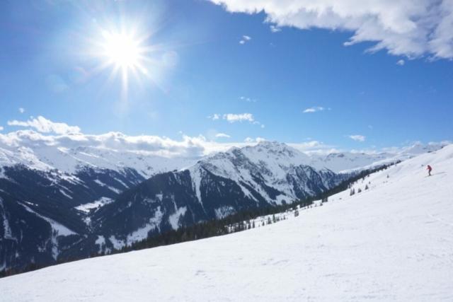 Zonnige dag tijdens skihuttentocht