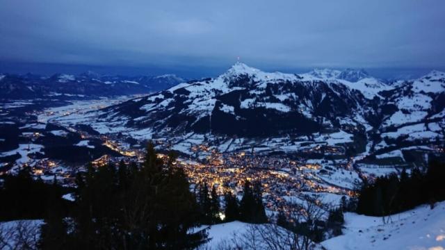 uitzicht avond kitzbühel tijdens skitocht